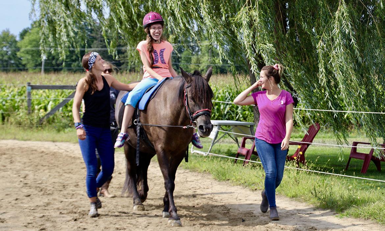 Hippo reach offre des formations aux physiothérapeutes, ergothérapeutes et orthophonistes qui souhaitent connaître les bonnes pratiques de l'hippothérapie et la réadaptation assistée par le cheval